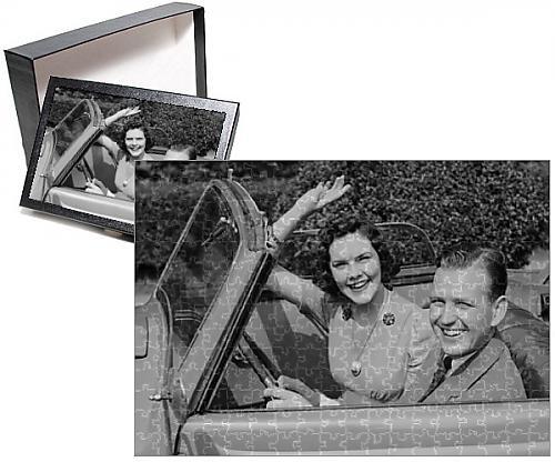Photo Jigsaw Puzzle of Man driving car and woman waving